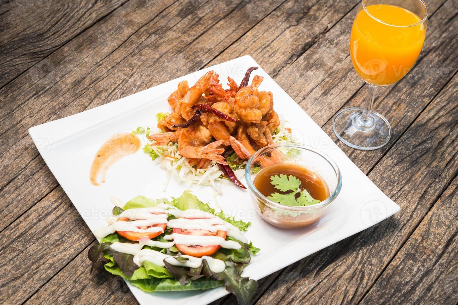 camarones fritos con salsa de tamarindo foto