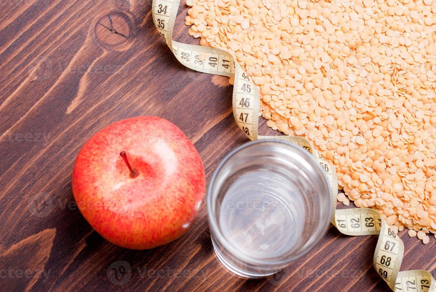 lentejas crudas a bordo de alimentos dietéticos foto