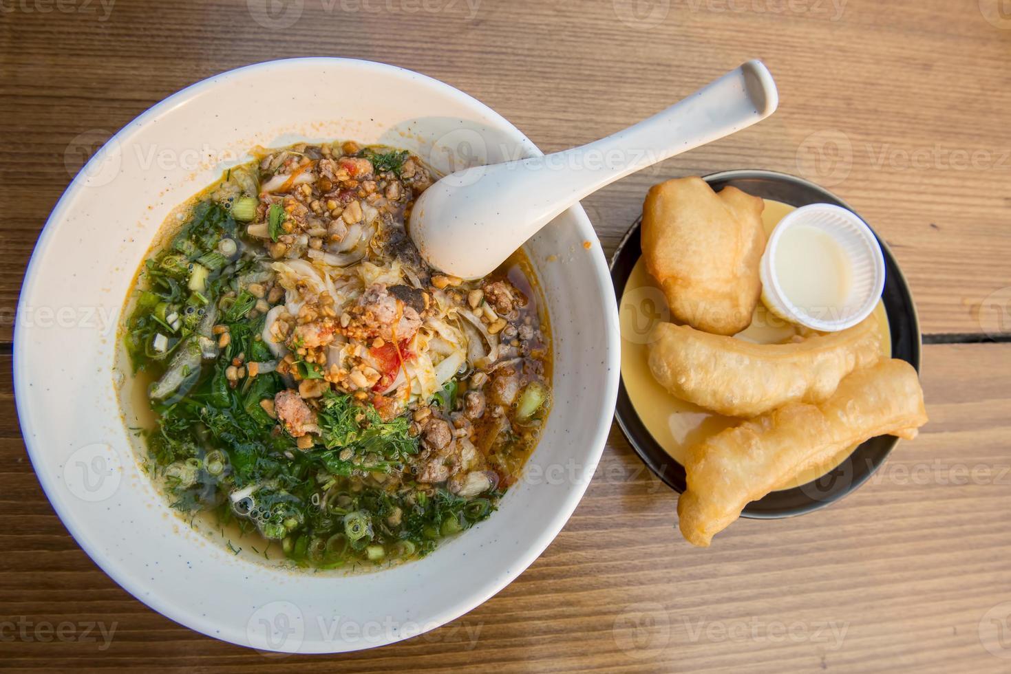sopa de fideos de arroz yunnan con barra de masa frita foto