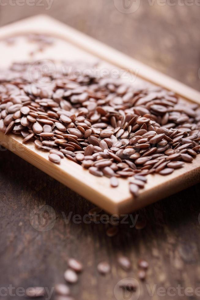 semillas de lino en una placa de madera foto