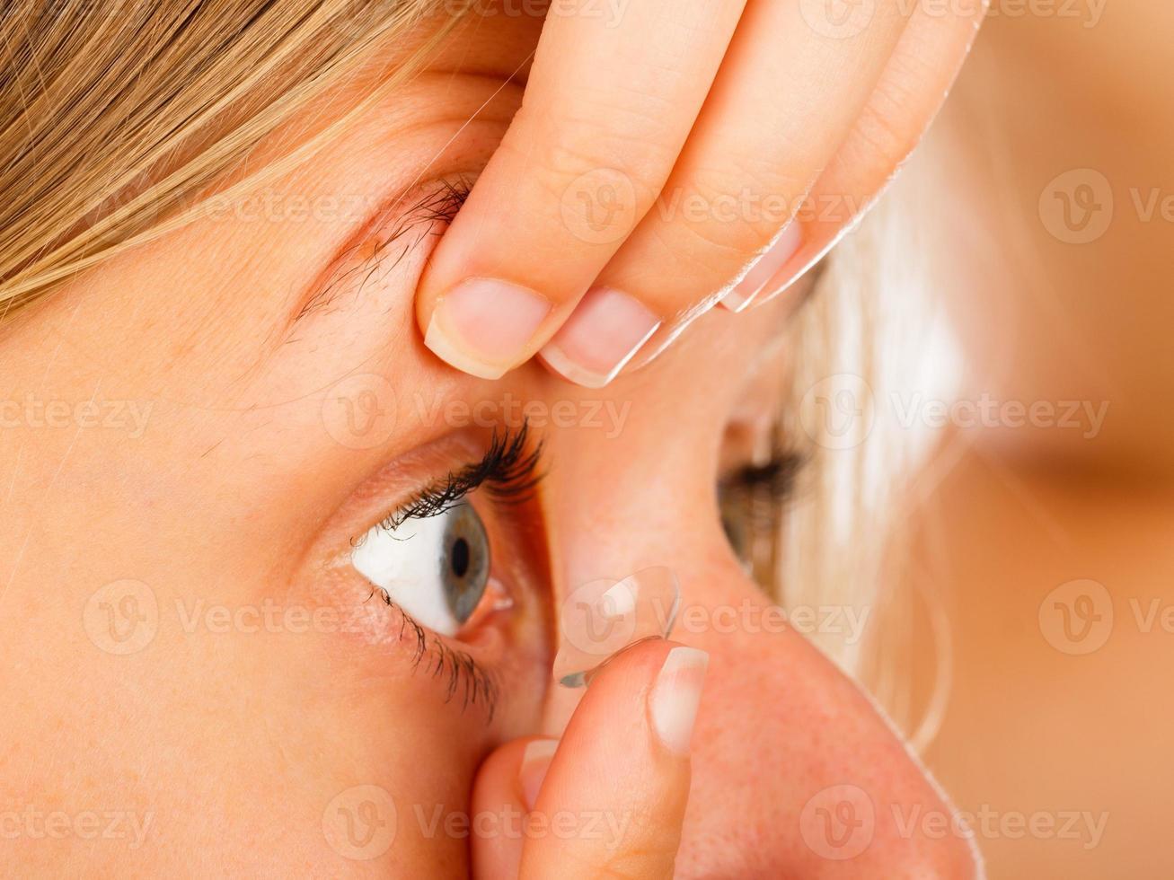 aplicar lentes de contacto fácilmente foto