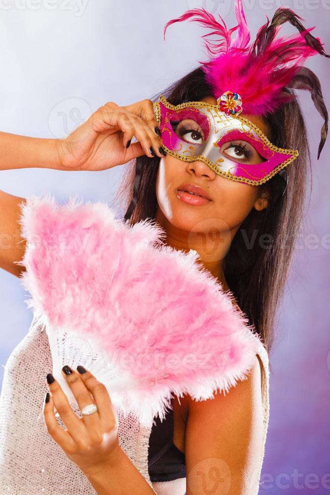 mujer con máscaras de carnaval tiene ventilador foto