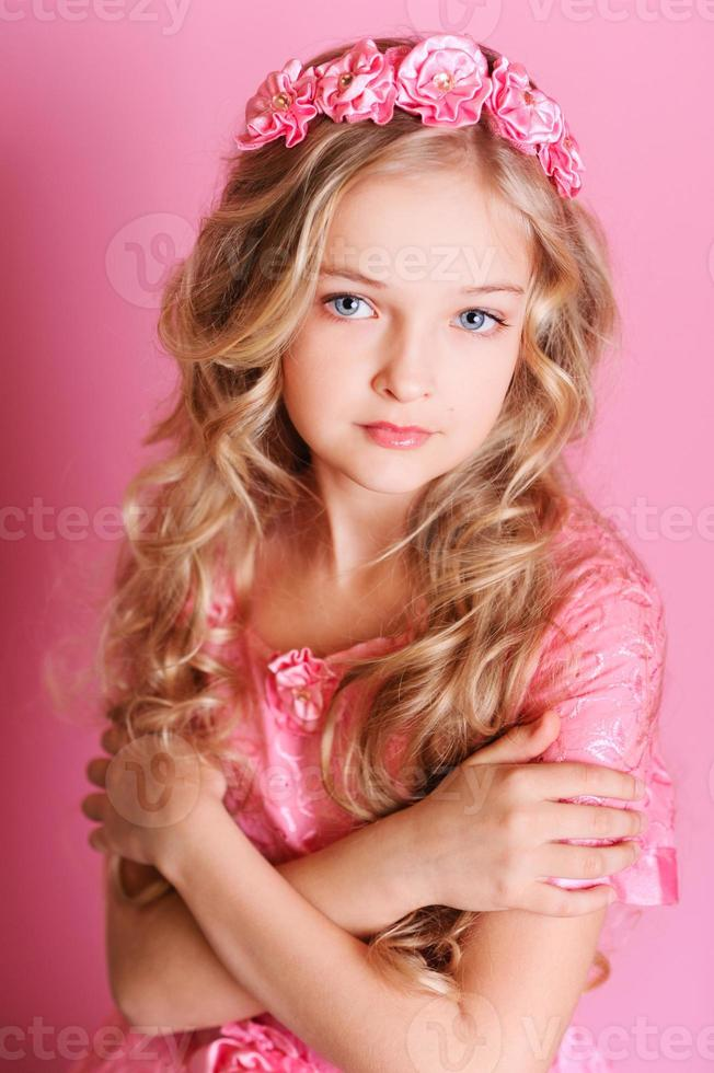 hermosa joven sobre fondo rosa foto