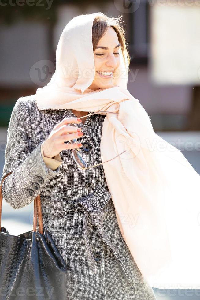chica con un abrigo en la calle foto