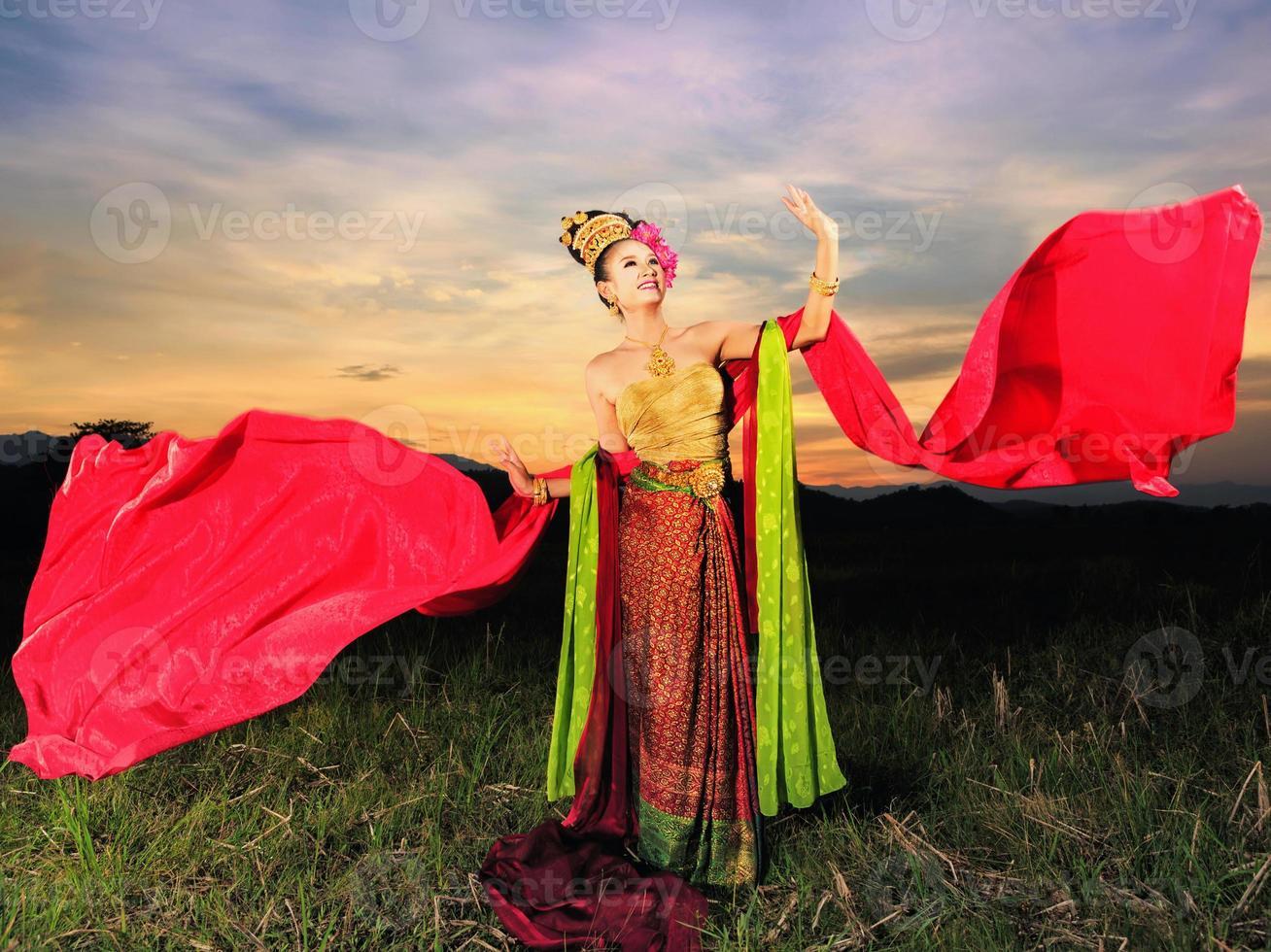 chica tailandesa con vestido estilo norteño foto