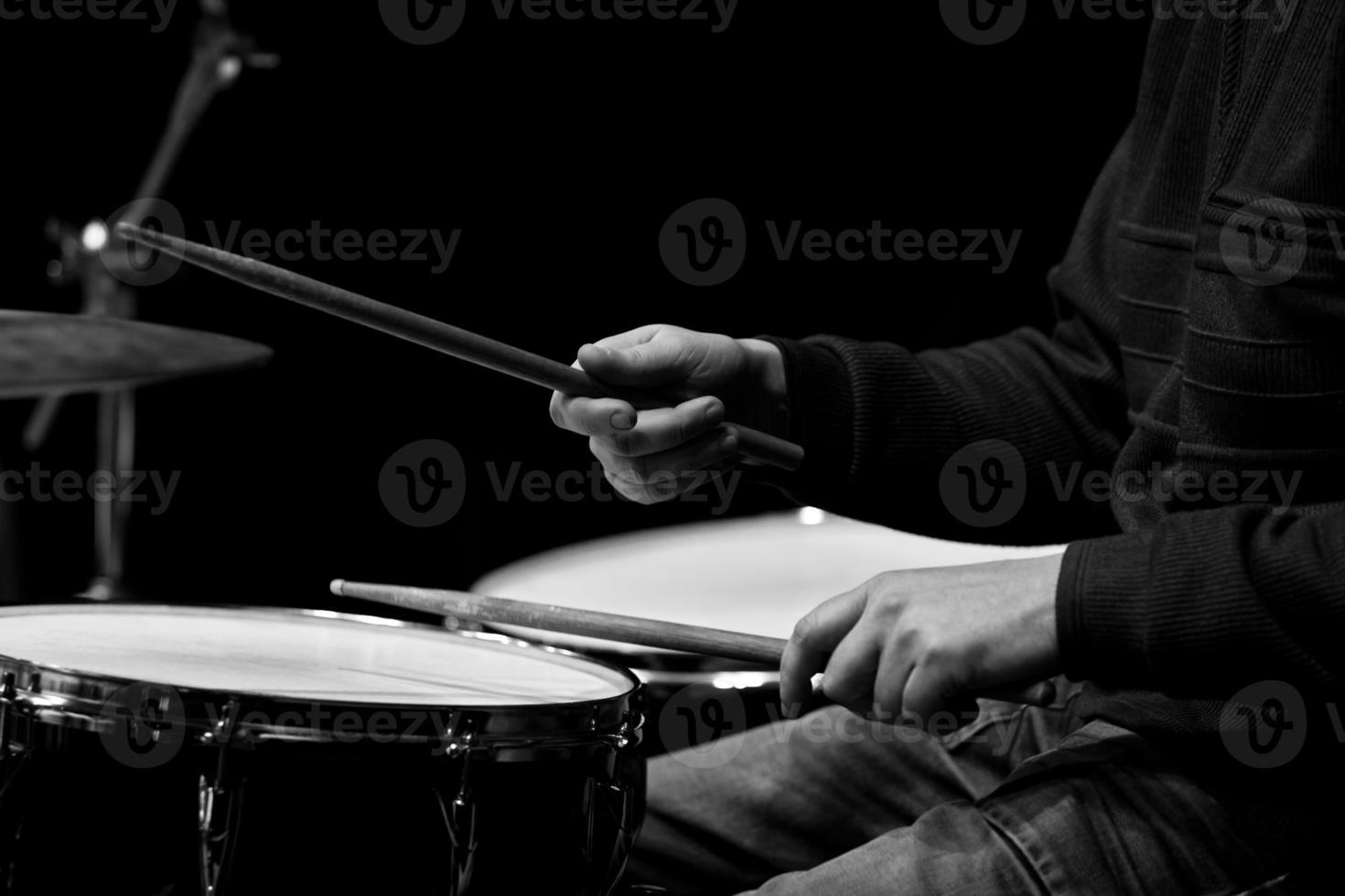 manos de un hombre tocando una batería foto