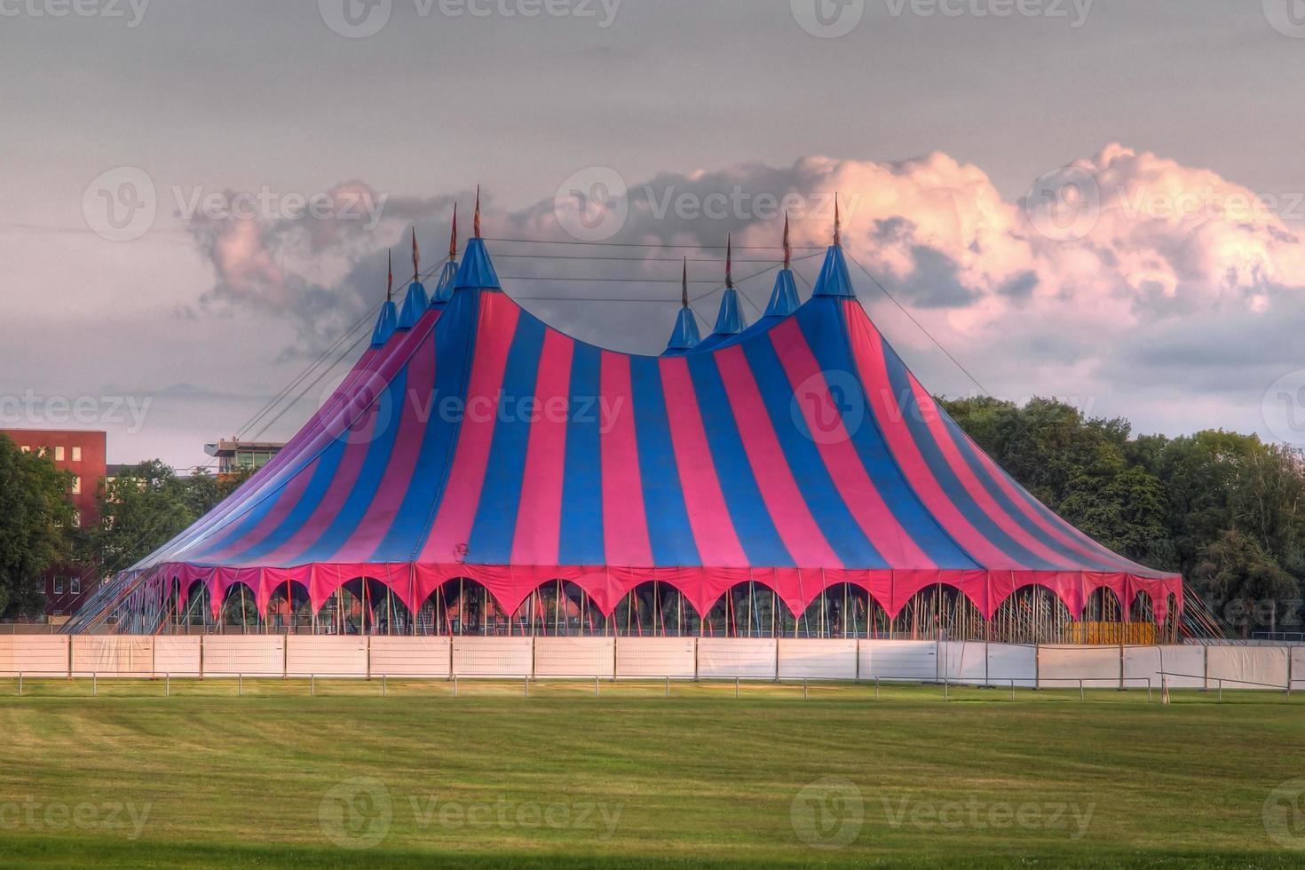 carpa del festival big top en rojo azul verde foto