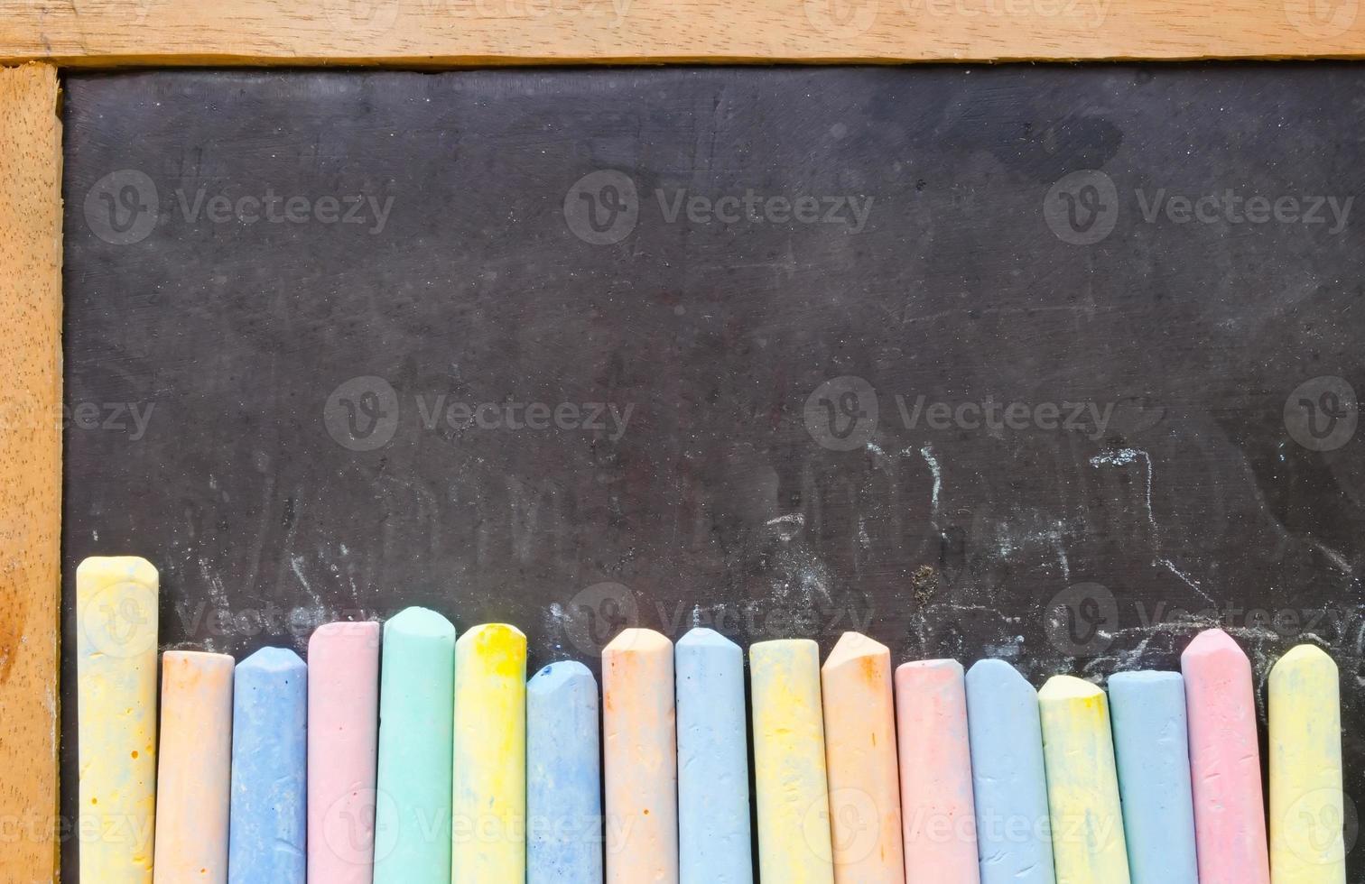 tizas de colores en la pizarra foto