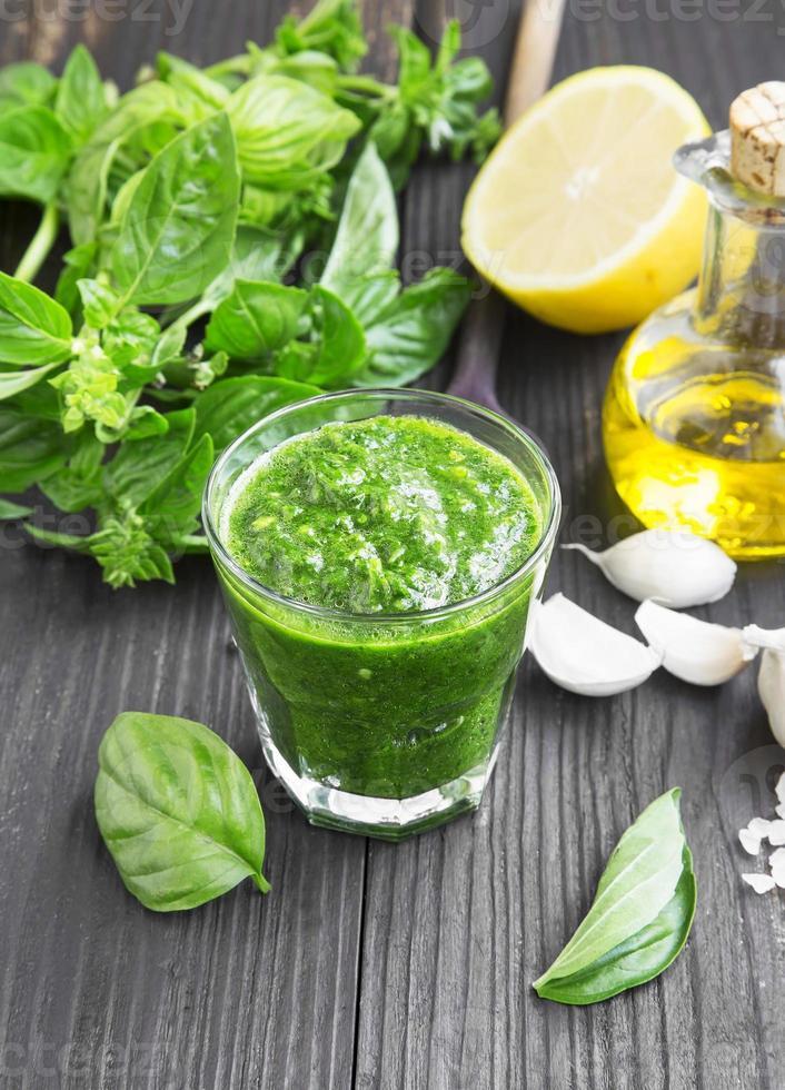 pesto de albahaca fresca e ingredientes foto