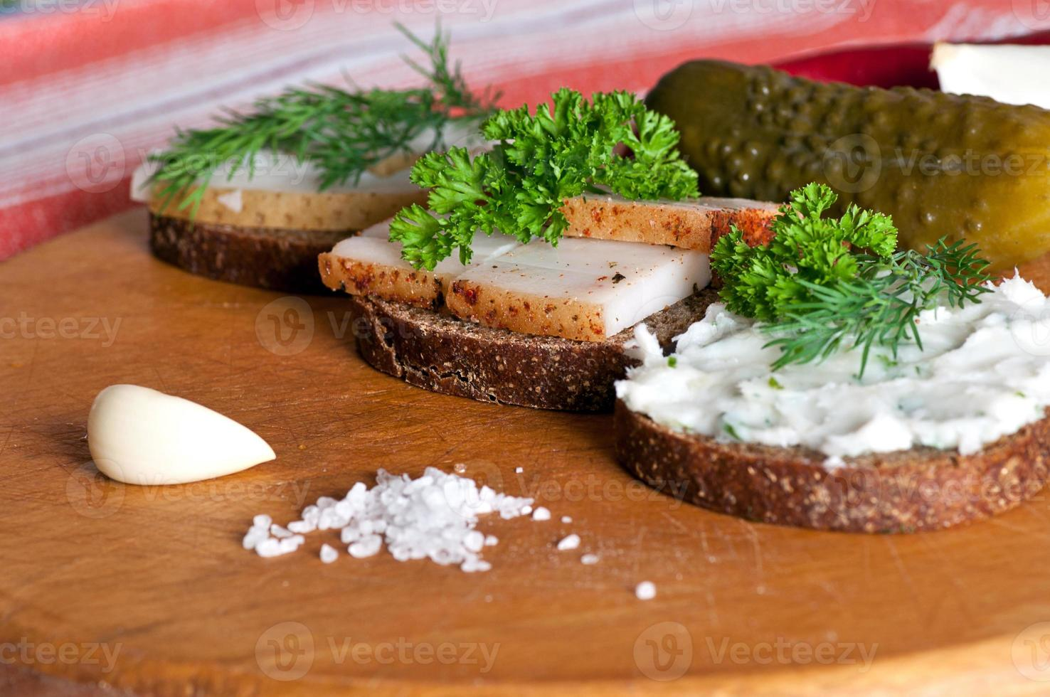 sándwiches con manteca de cerdo salada, condimentada y untada foto