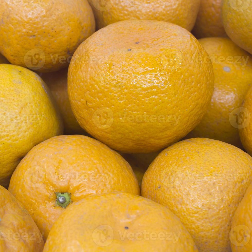 muchas naranjas frescas crudas foto