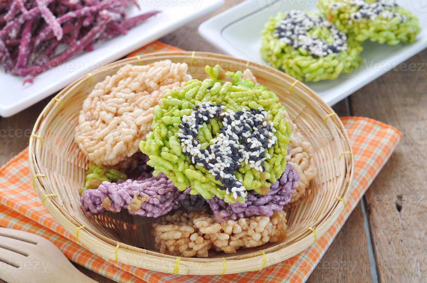 pasteles de arroz crujiente dulce tailandés con llovizna de azúcar de caña. foto