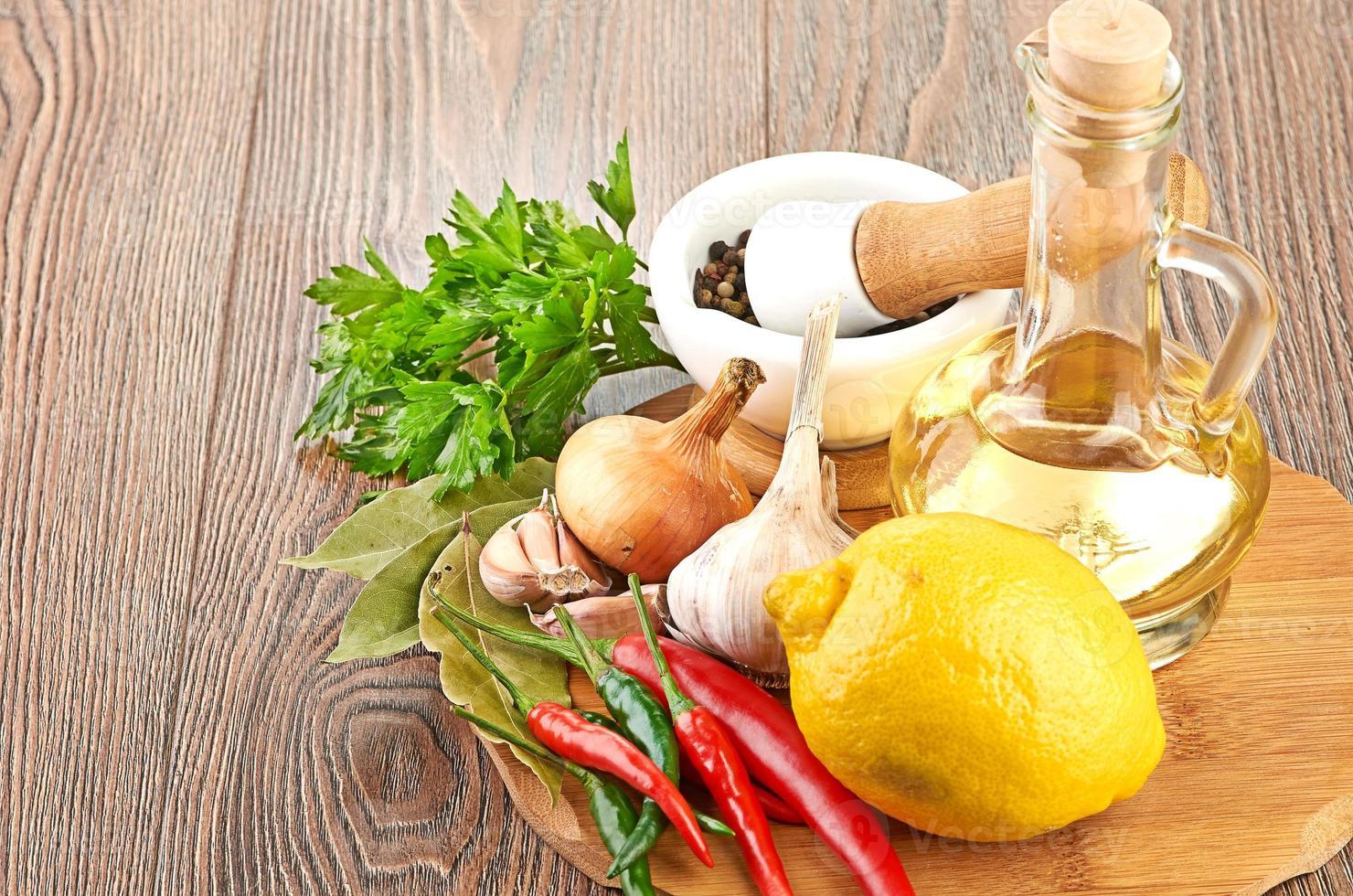 ingredientes frescos para cocinar con aceite de oliva foto