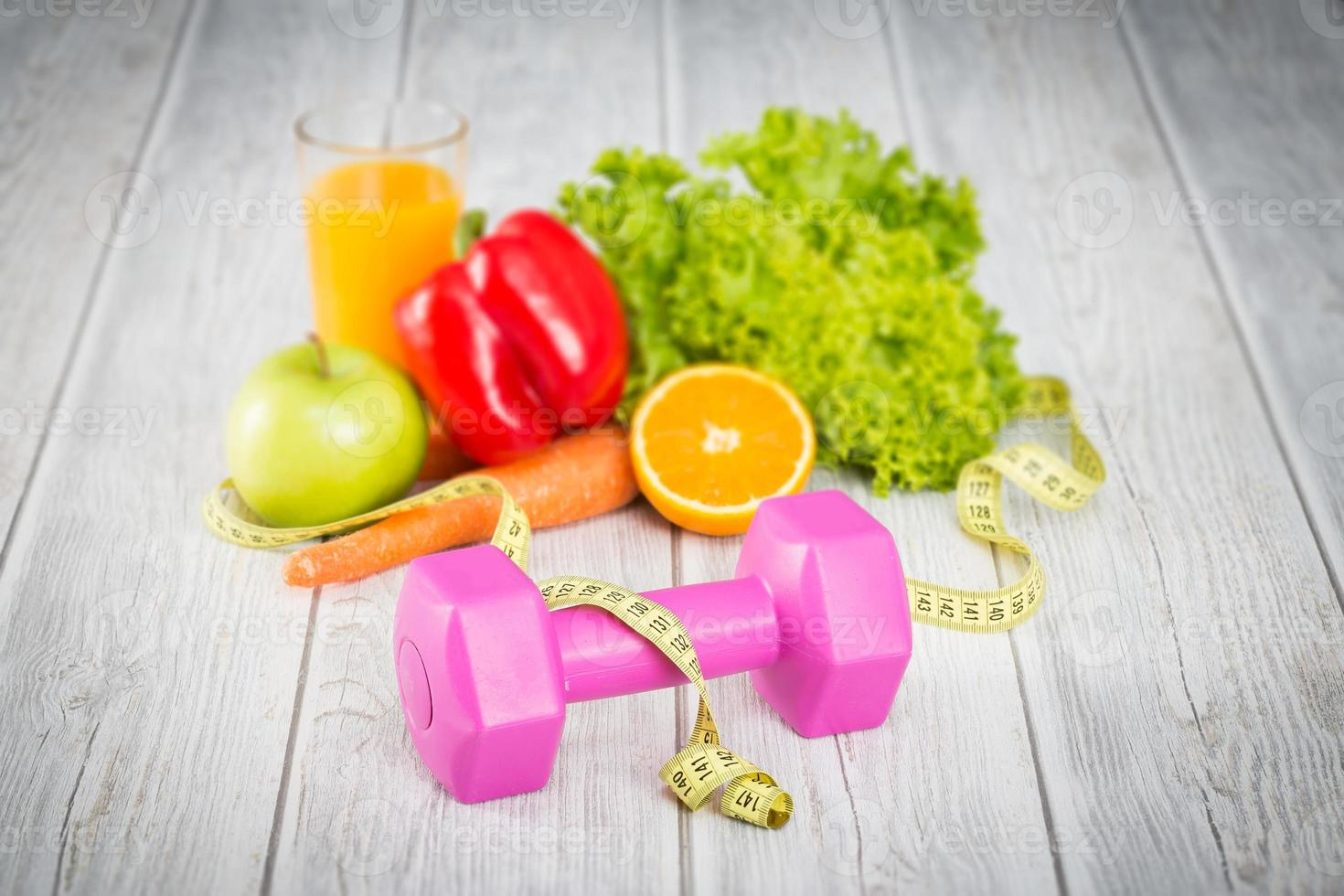 aparatos de fitness y comida sana. foto