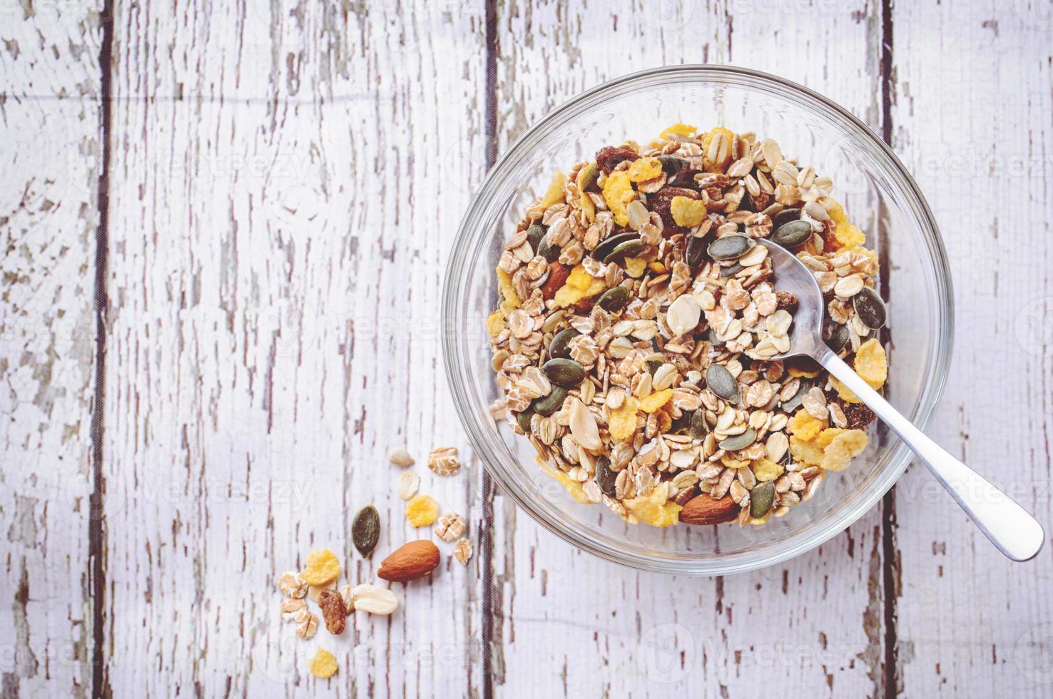cereal delicioso y saludable en un tazón con leche foto