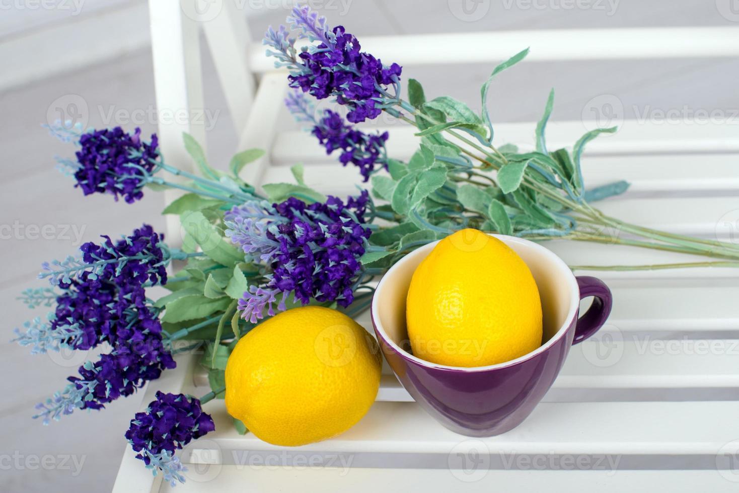 Bodegón con limones frescos y lavanda sobre fondo claro foto