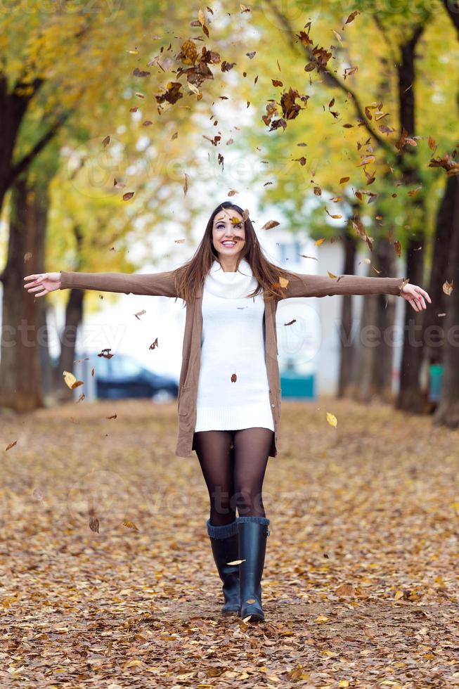 hermosa chica divirtiéndose en el otoño. foto