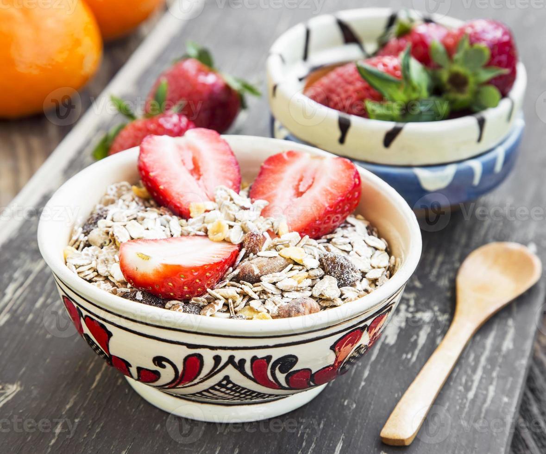desayuno con muesli y fresa foto