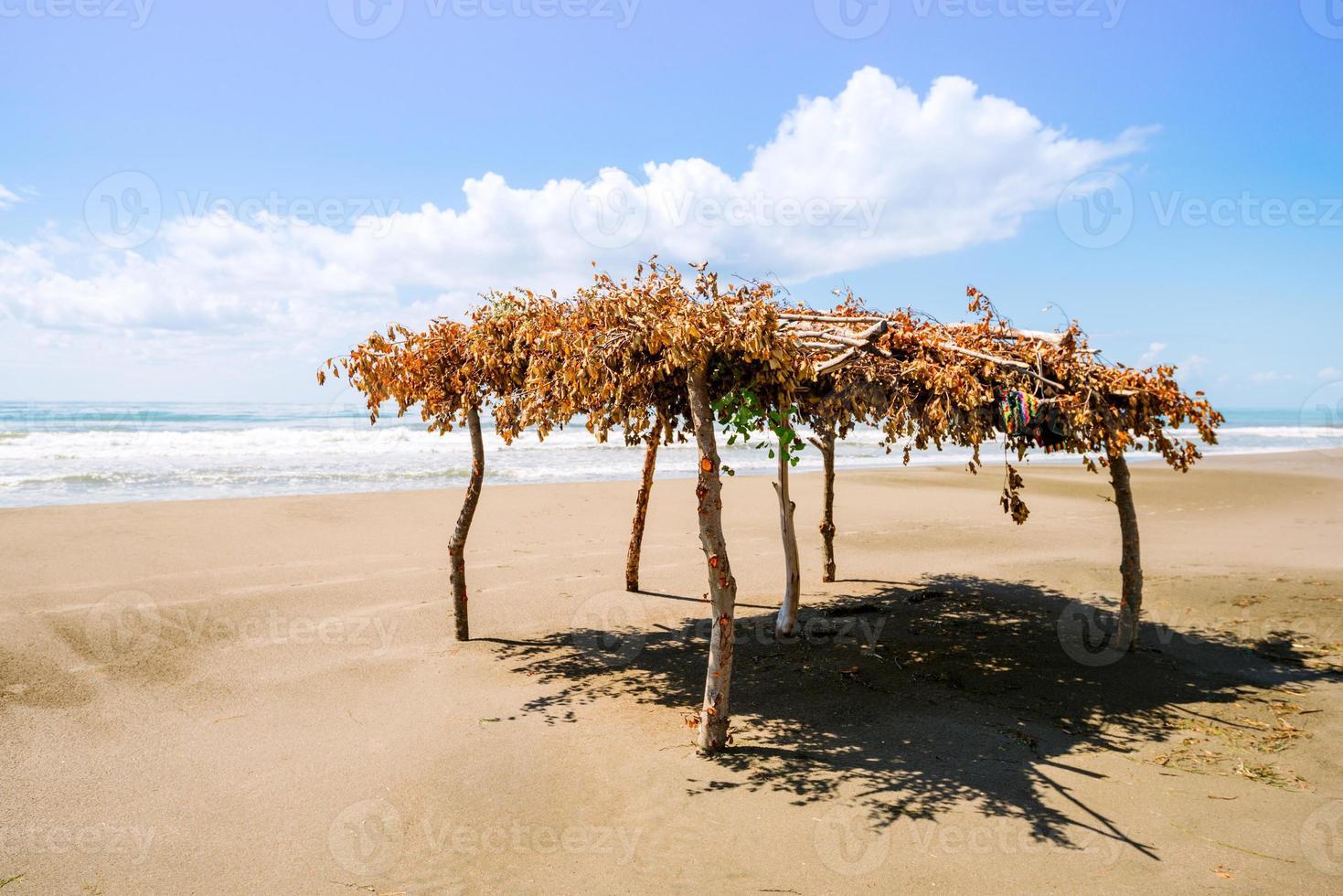 playa desierta y toldo foto