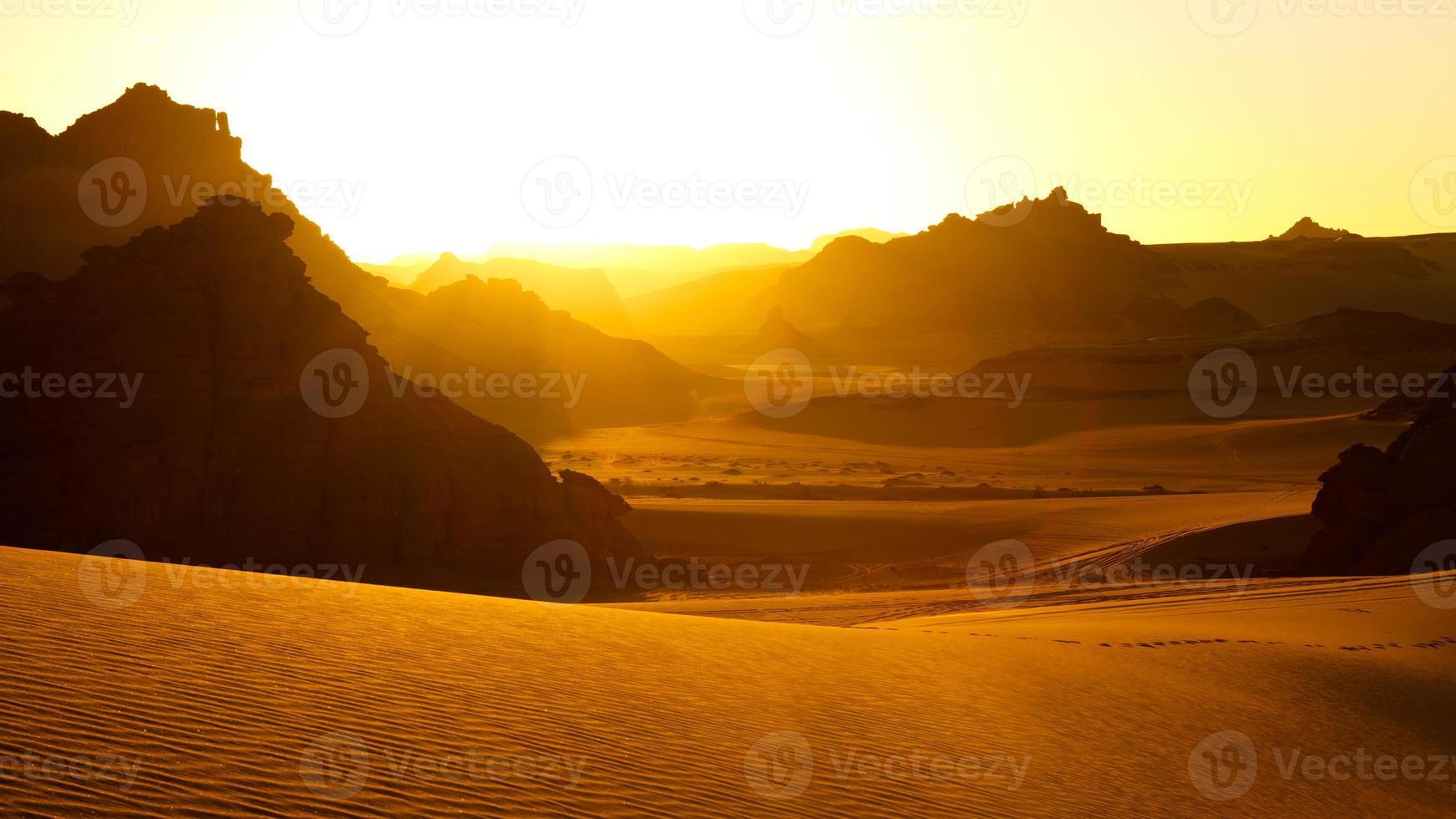 Akakus (Acacus) montañas, Sahara, Libia al amanecer. foto