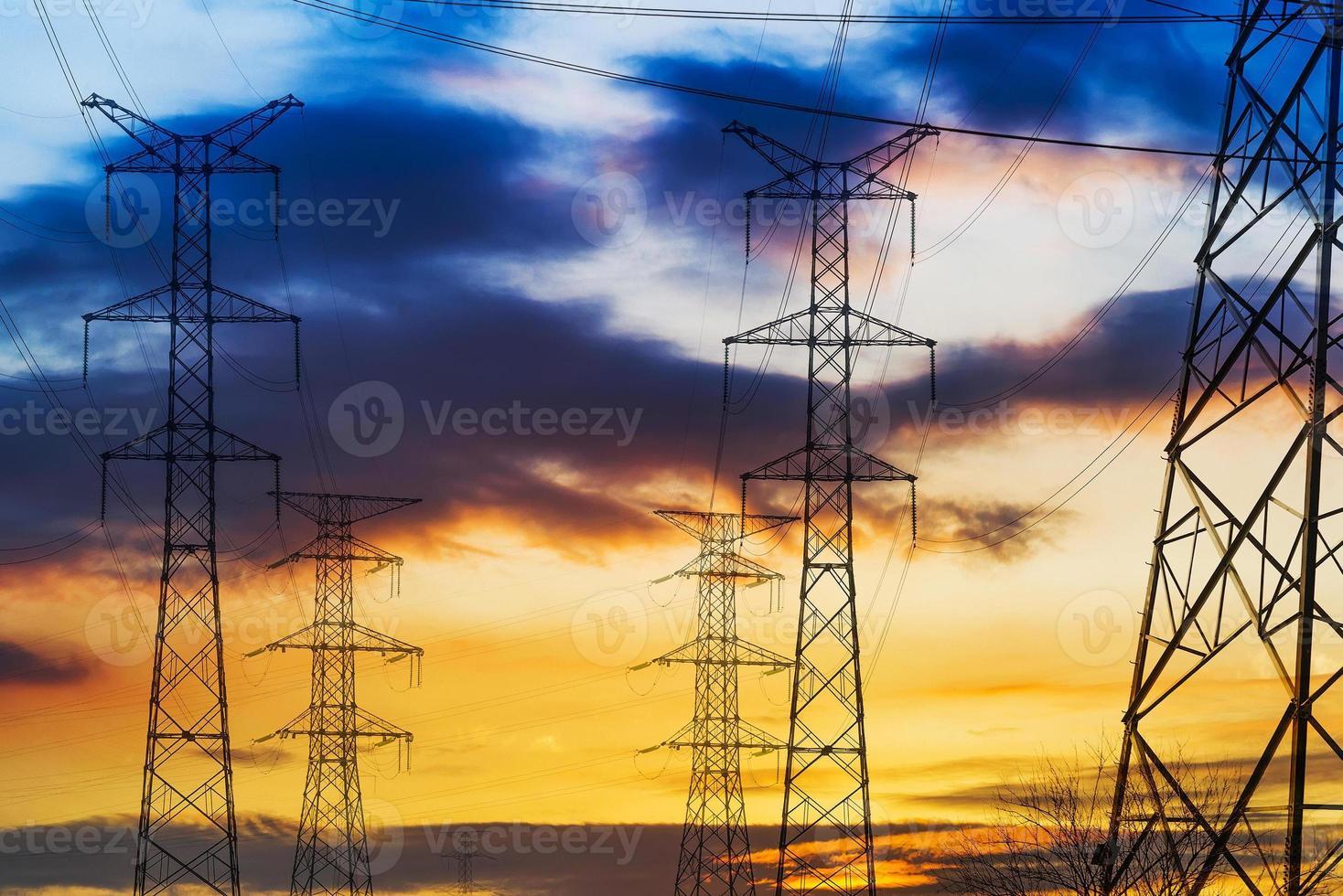 Foto de paisaje de torres de alta tensión al atardecer