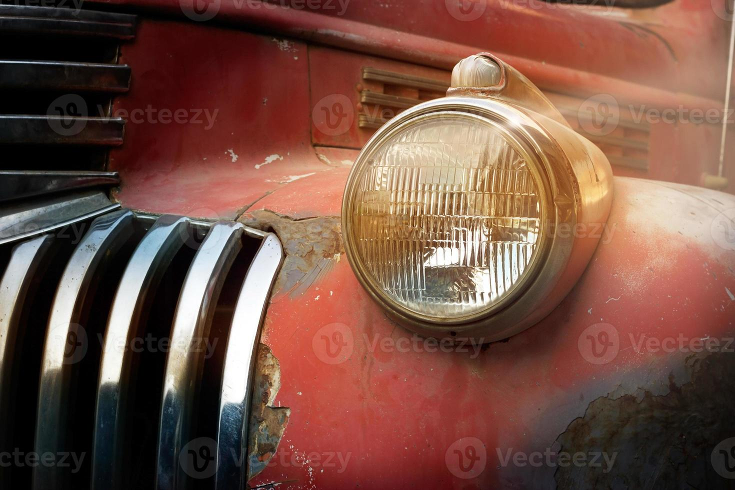 Coche de camión rojo oxidado vintage con un nuevo faro foto