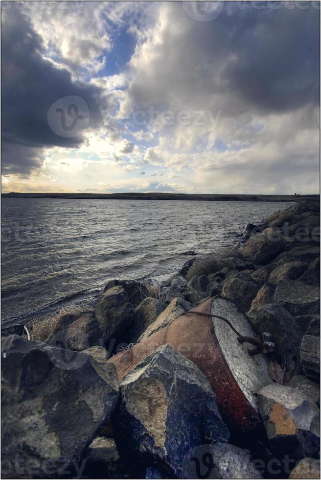 barril de residuos en la orilla foto