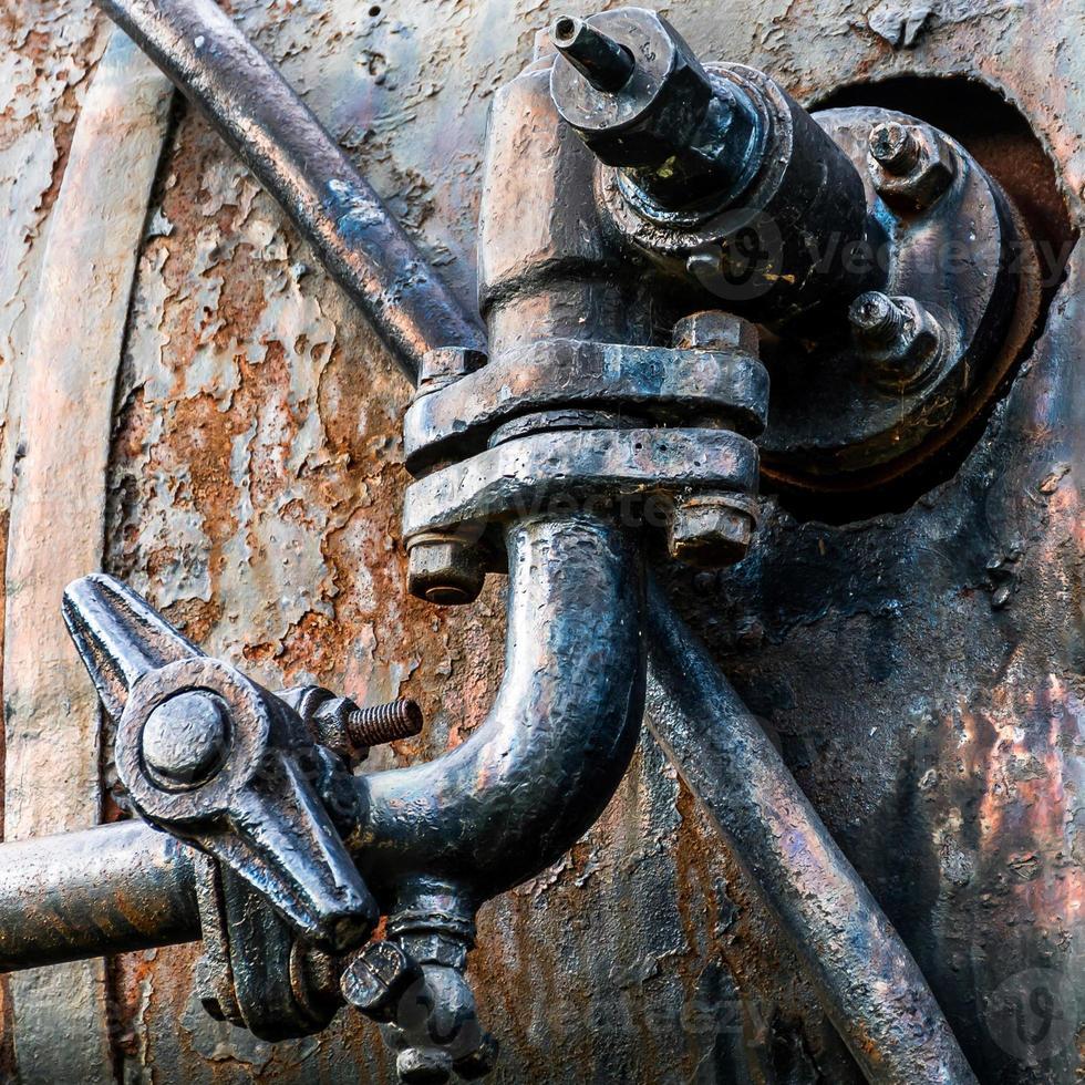 Tubo oxidado sobre metal corrugado foto