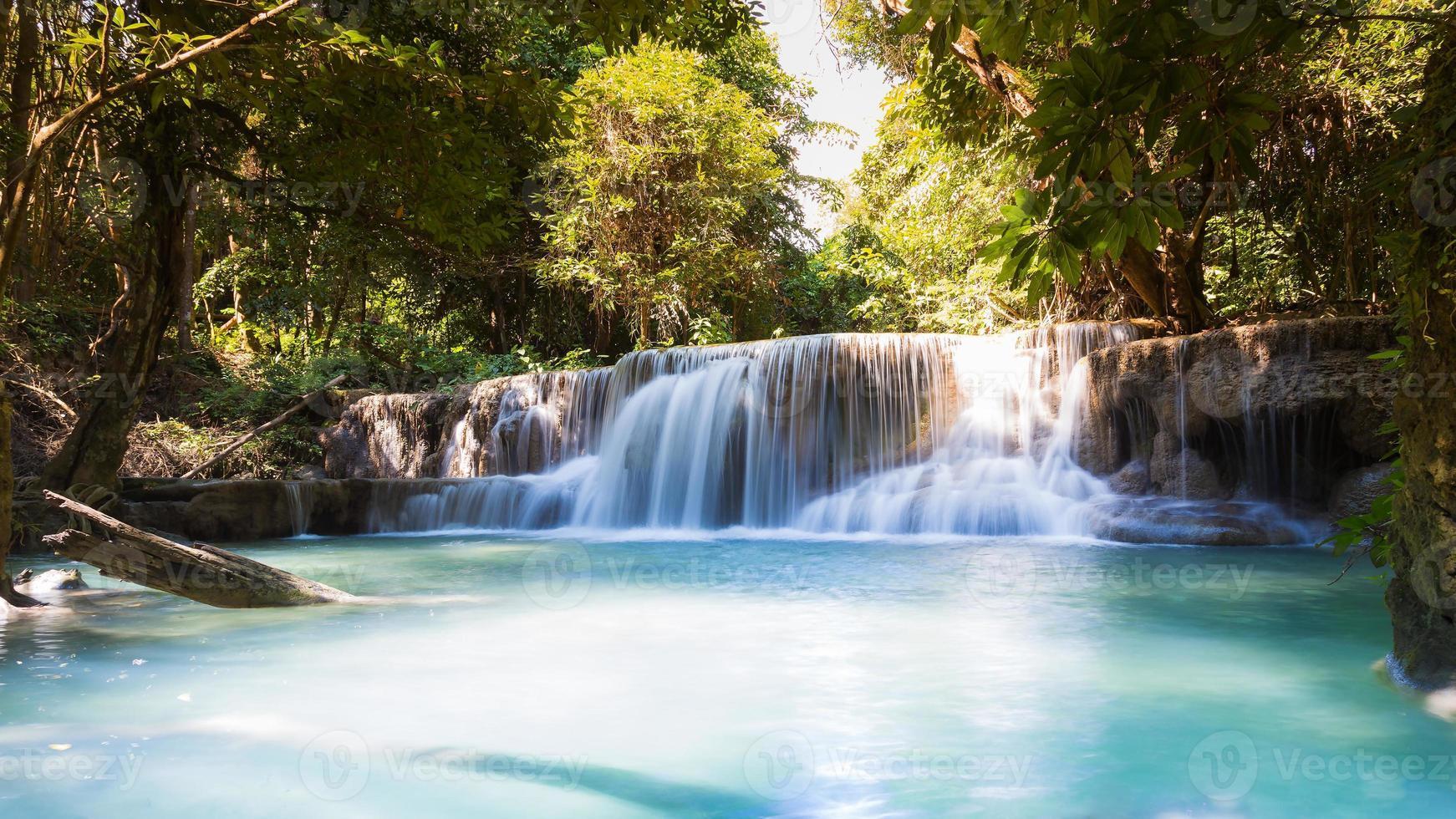 hermosas cascadas del arroyo azul del bosque profundo foto