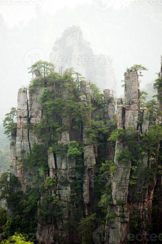 misteriosas montañas de zhangjiajie, provincia de hunan en china. foto