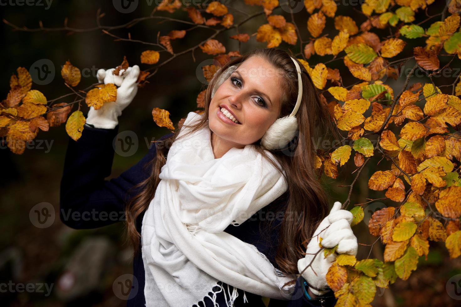 Mujer de moda en un paseo por el bosque a finales de otoño foto