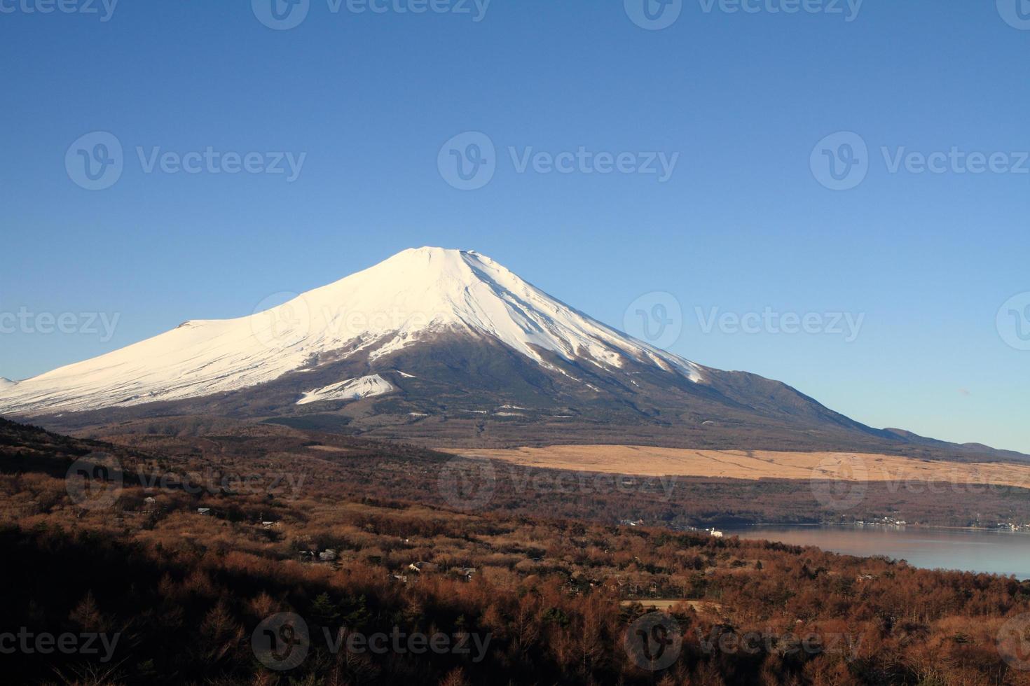monte. fuji del lago yamanaka en japón foto