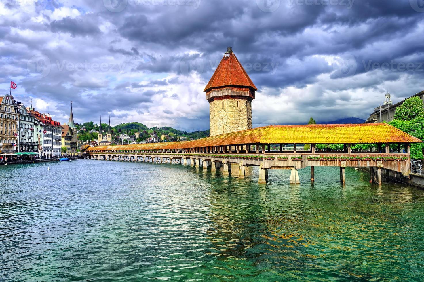 Lucerna, Suiza, puente de la capilla de madera y torre de agua foto
