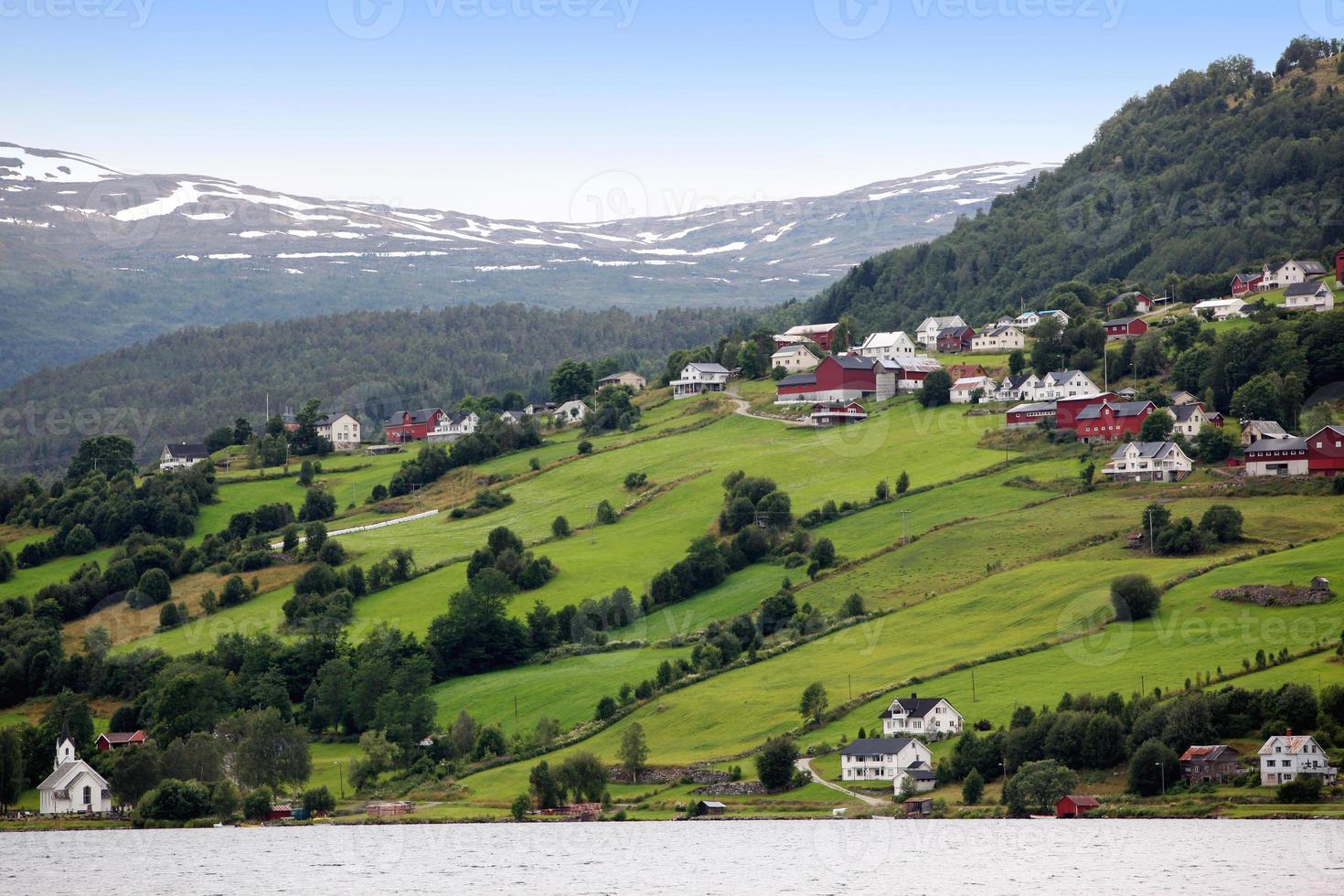 pueblo de hafslo en los lagos hafslovatn foto