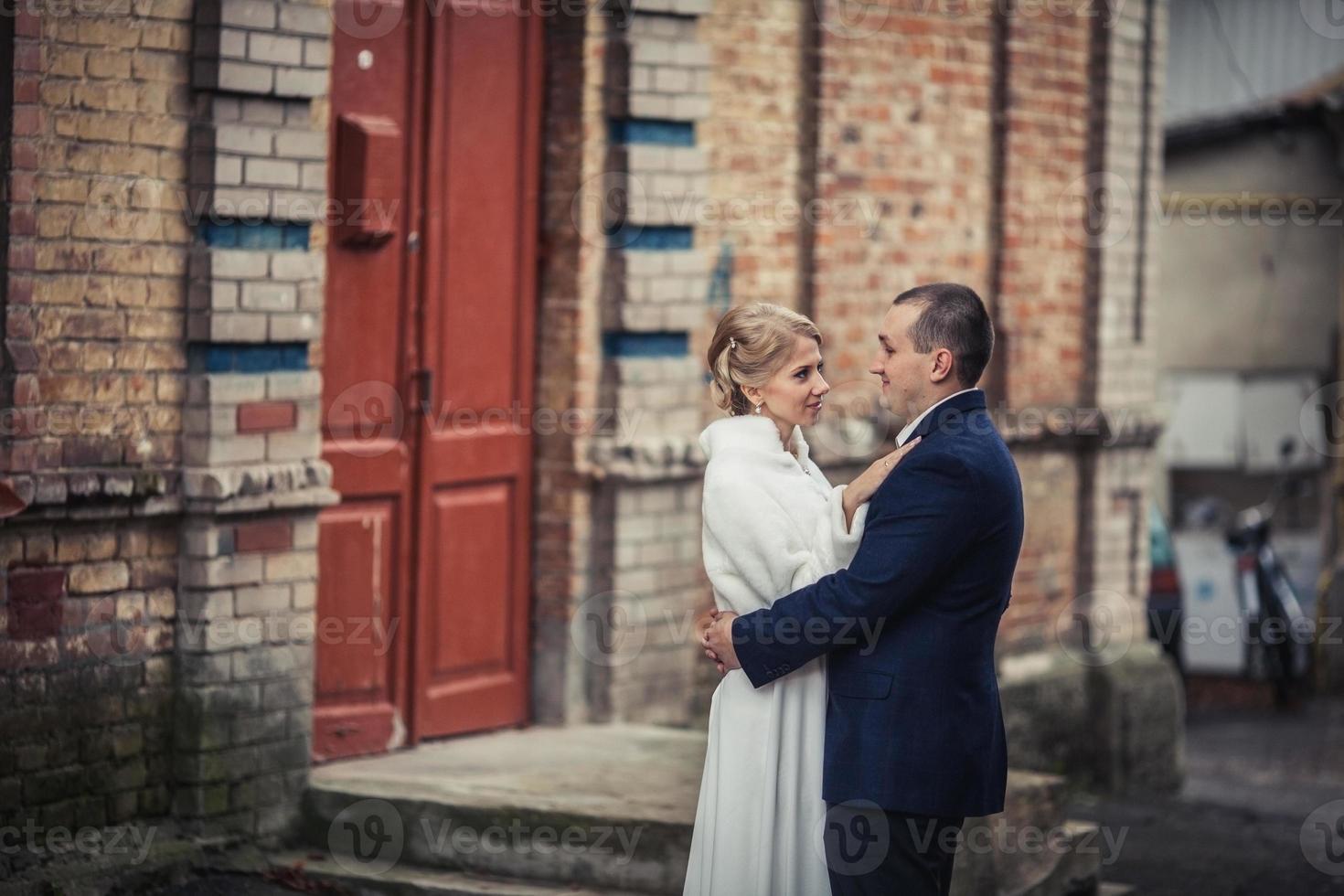 nozze. coppia che si abbraccia in città foto