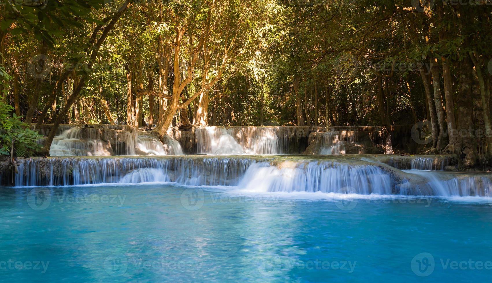 prachtige tropische blauwe stroom watervallen foto
