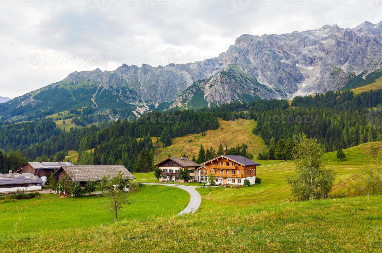 bella vista sulle alpi austriache con tipiche case di montagna foto