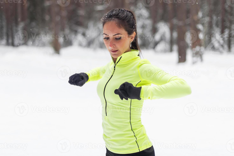 fit vrouw warming-up voor een ochtendtraining foto