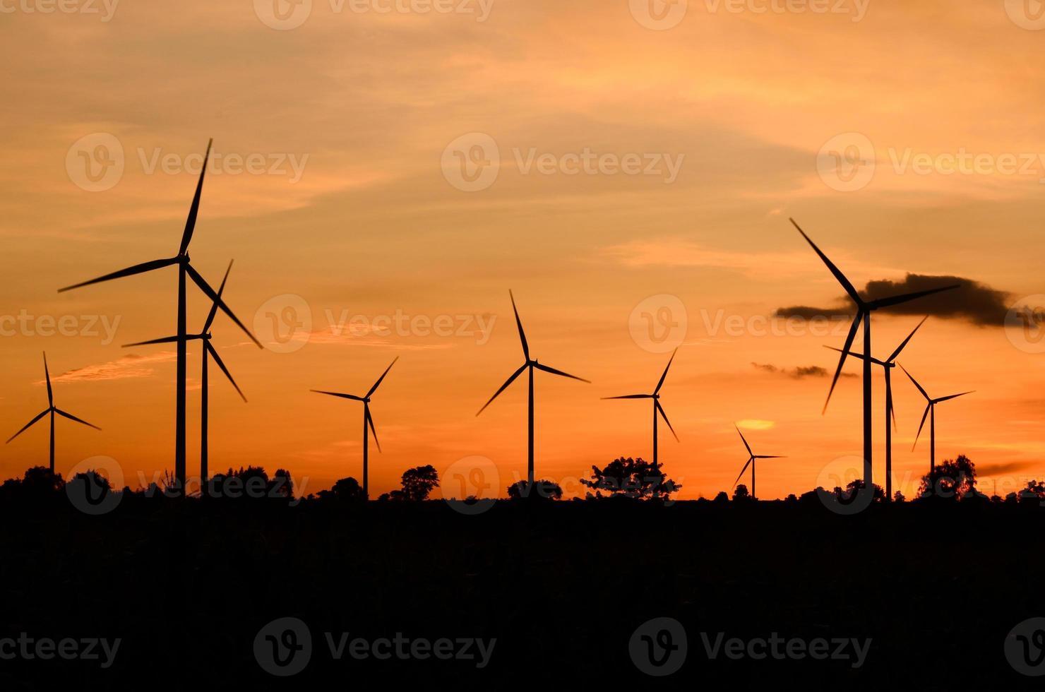 éolienne au coucher du soleil photo