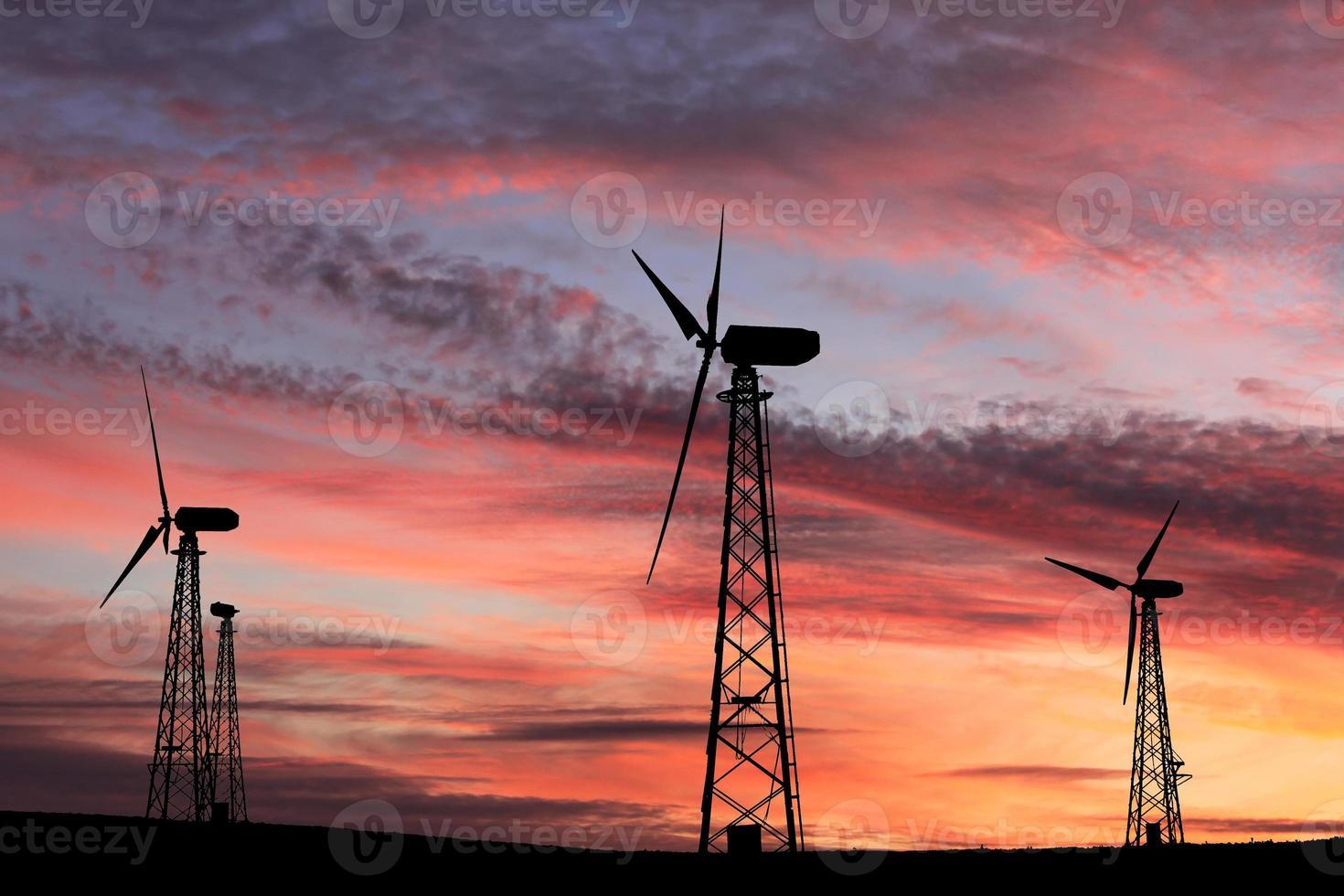 windmolens tegen een rode zonsondergang foto