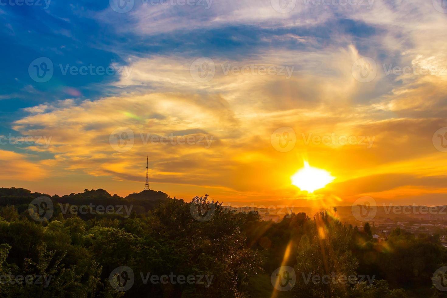 belo cenário do por do sol da cidade de lviv, vista de altura. Ucrânia foto