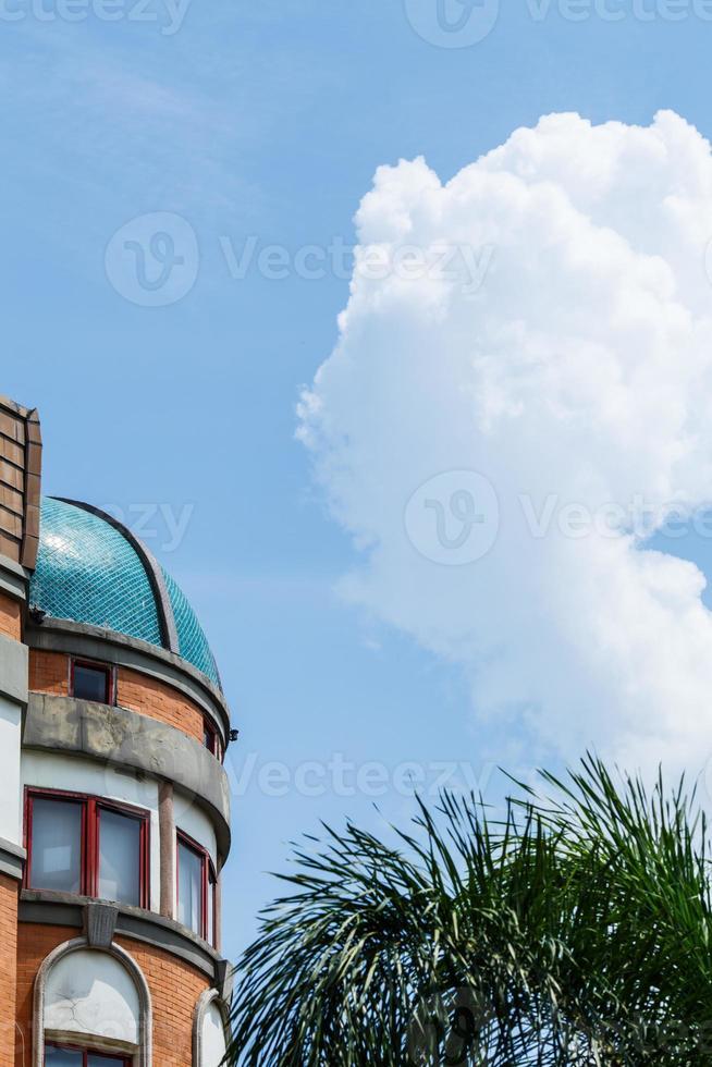blauwe lucht en gebouw foto