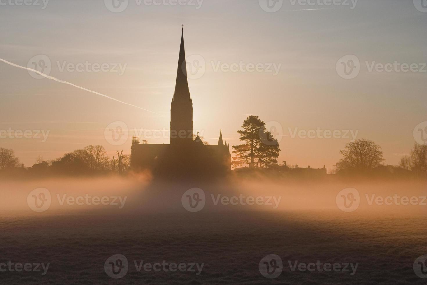 mistige kathedraal van Salisbury foto