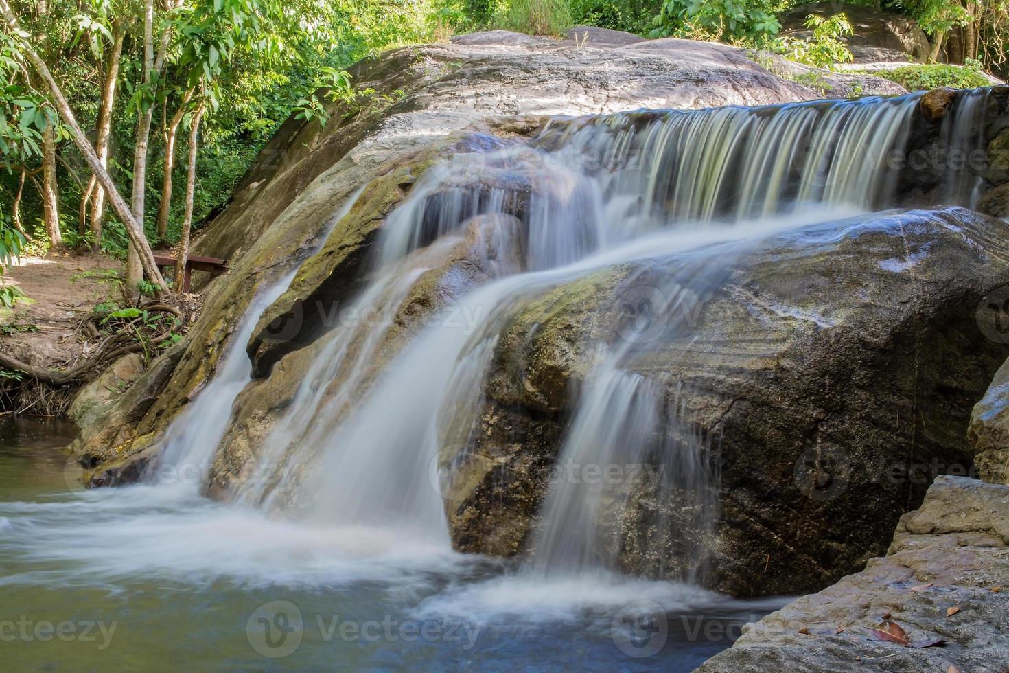 twee stappen stromende waterval foto