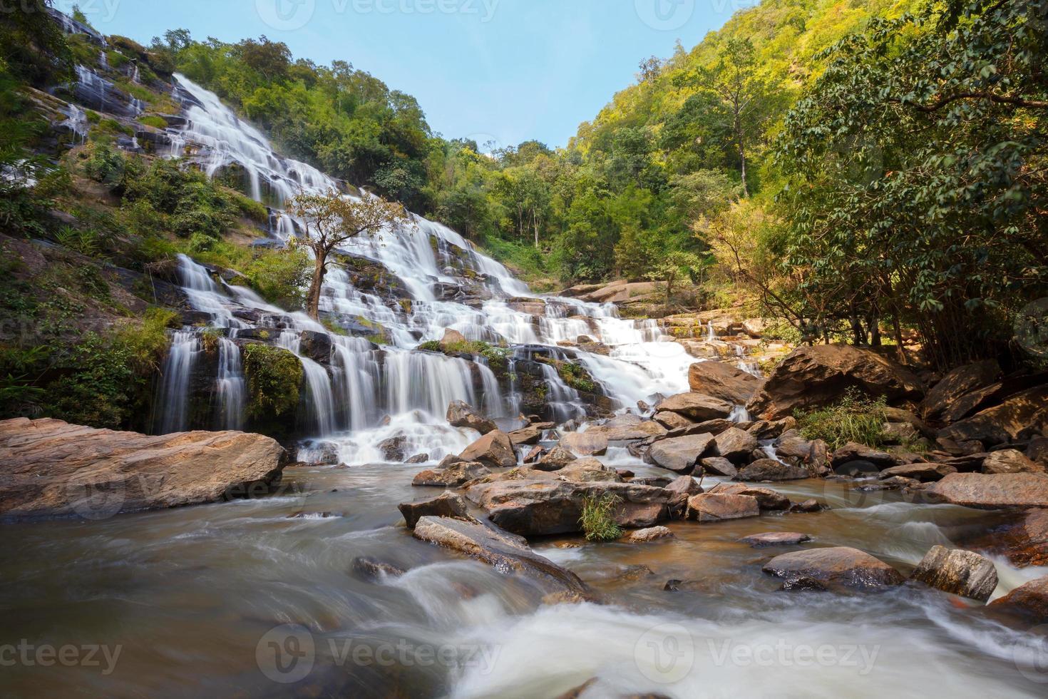 Cascada de mae ya en el parque nacional de doi inthanon, chiangmai foto