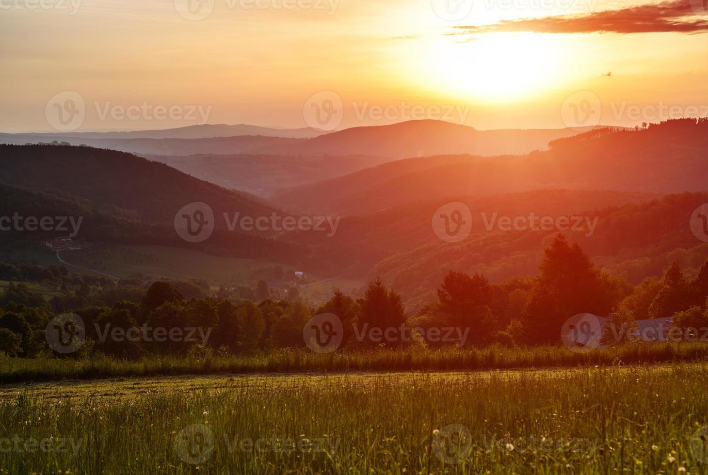 manhã nas montanhas com sol nascendo foto