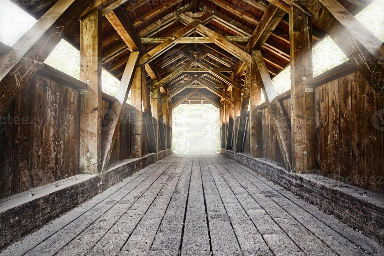puente de madera con vigas brillantes foto