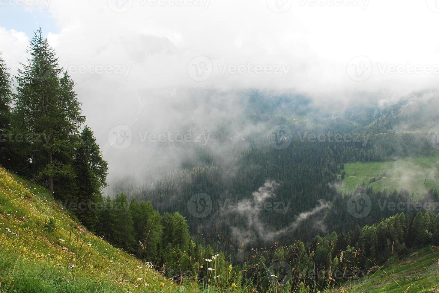 Nube baja sobre los Alpes carnicos cerca de sauris foto