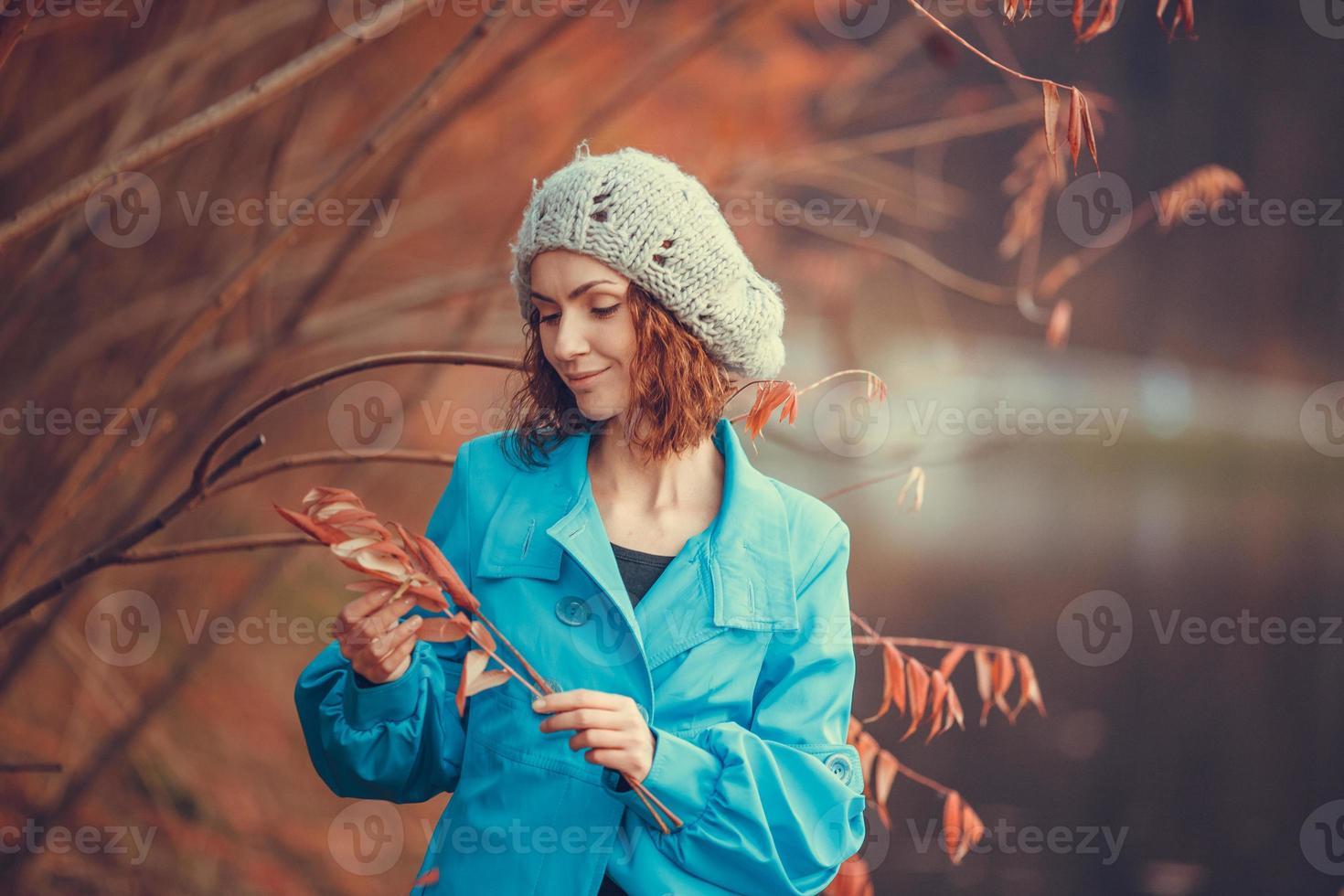 chica en el parque otoño foto