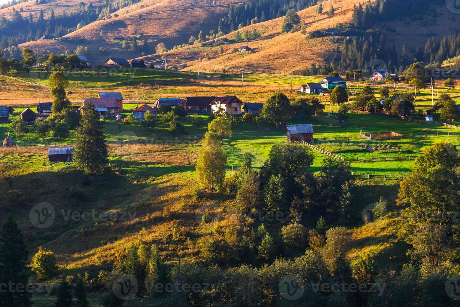 bela natureza das montanhas e colinas no verão foto